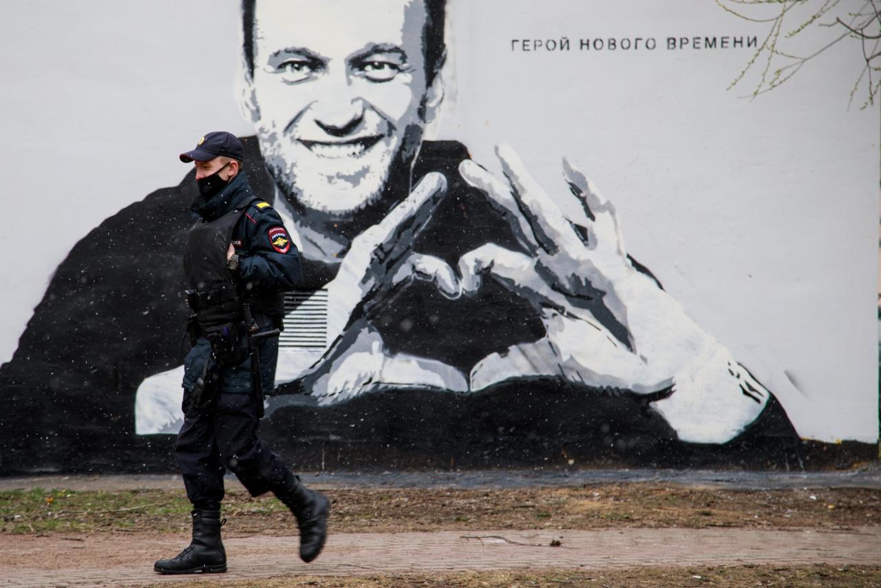"""""""Герой нашего времени"""": На Петроградке появился портрет силовика после уничтожения граффити с Навальным"""
