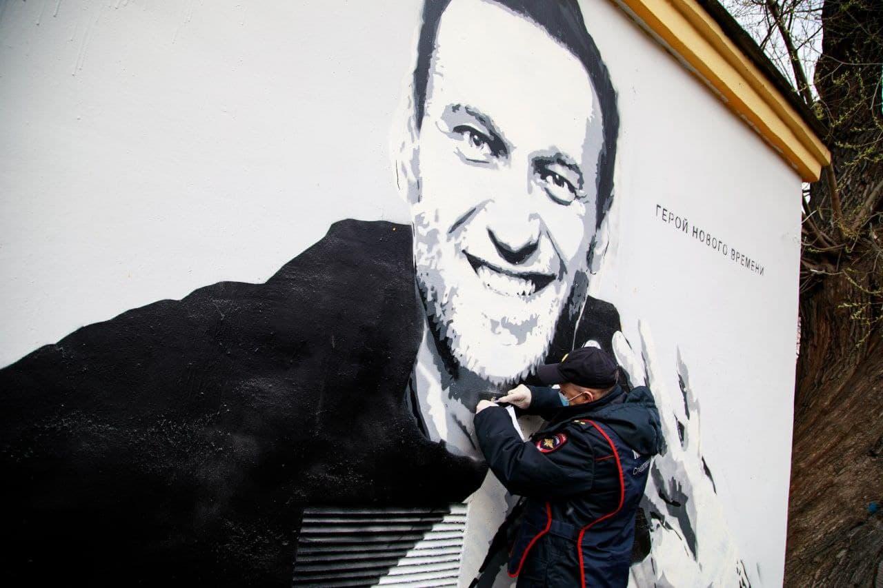 Полиция разыскивает авторов граффити с Навальным: возбуждено дело о вандализме