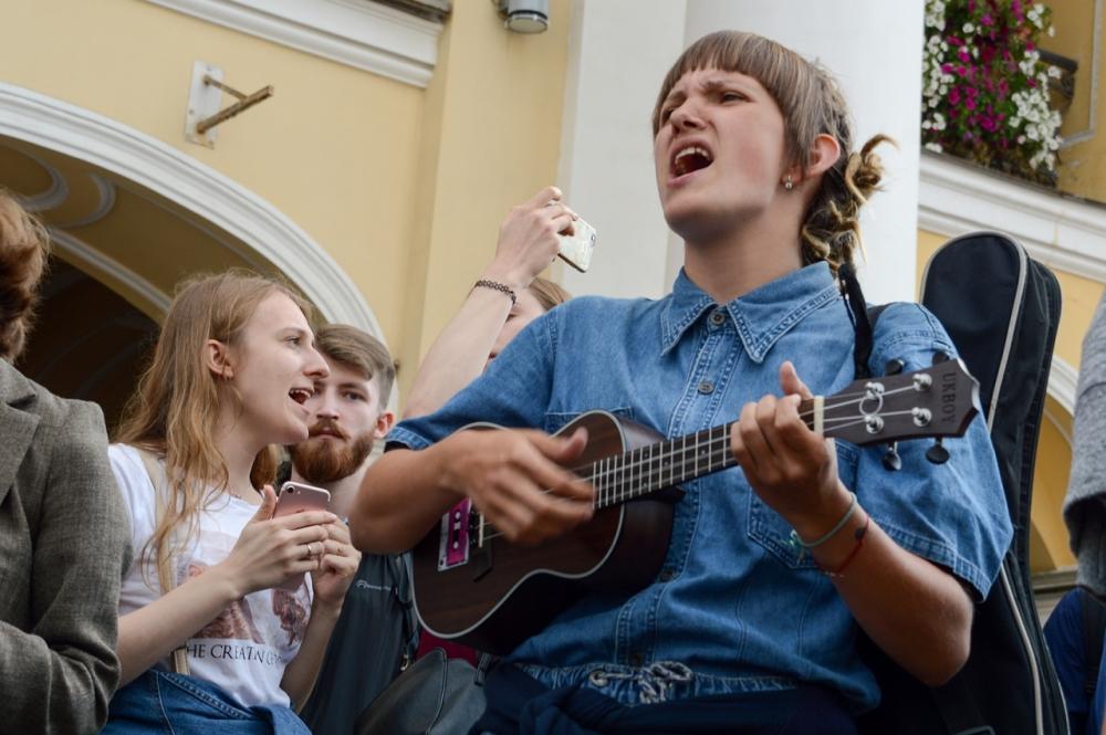 На заседании комитета ЗакСа предложили брать налоги с уличных музыкантов и запретить им звукоусиление