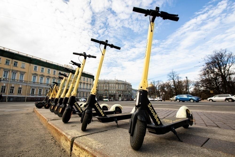 Смольный запретит хаотичную парковку электросамокатов в аренду и ограничит их скорость