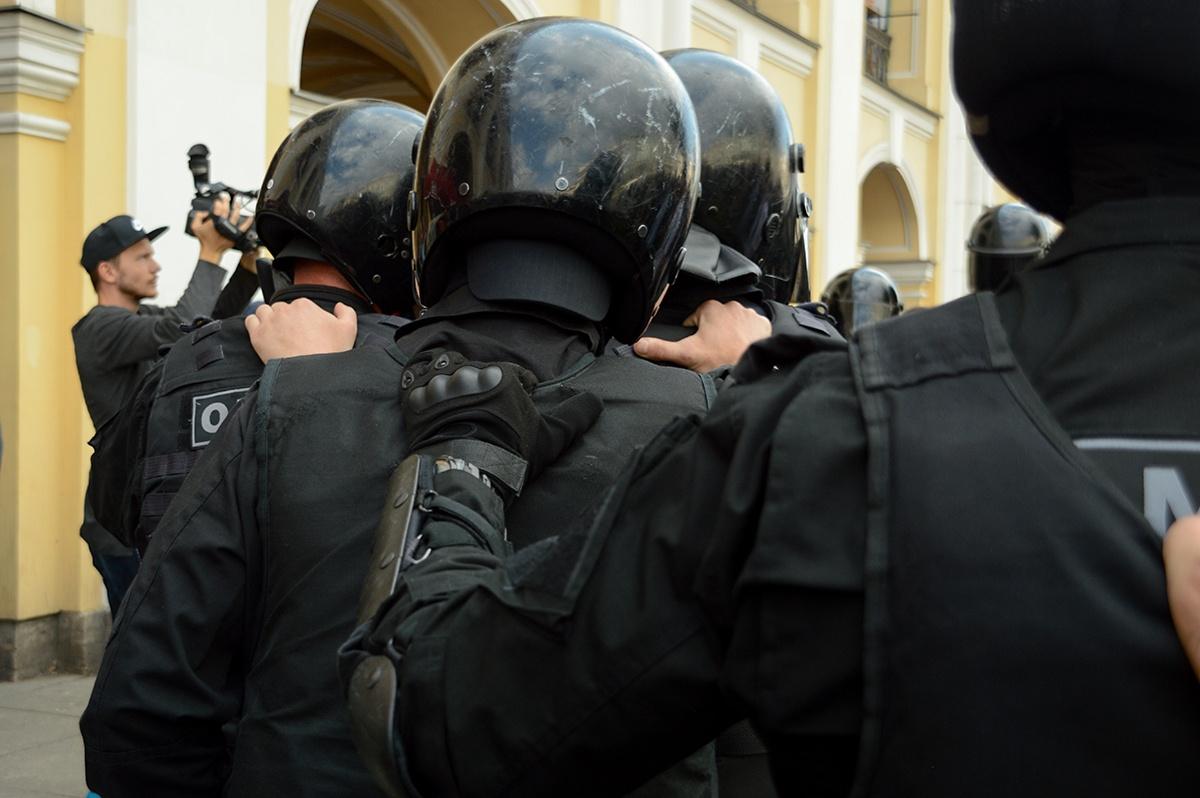 Полицейский сбил женщину ударом ноги на акции протеста в Петербурге