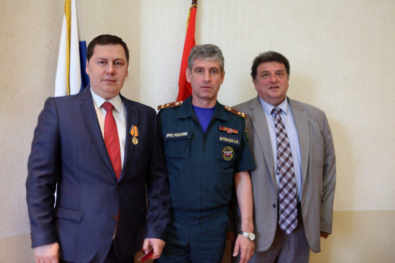фото ЗакС политика Министр МЧС России наградил медалью главу муниципалитета Купчино