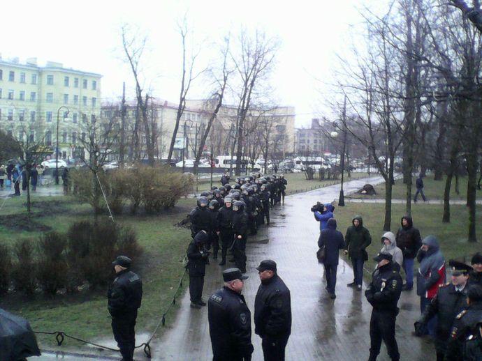 Милиция вПетербурге взяла участников акции «Надоел» вкольцо