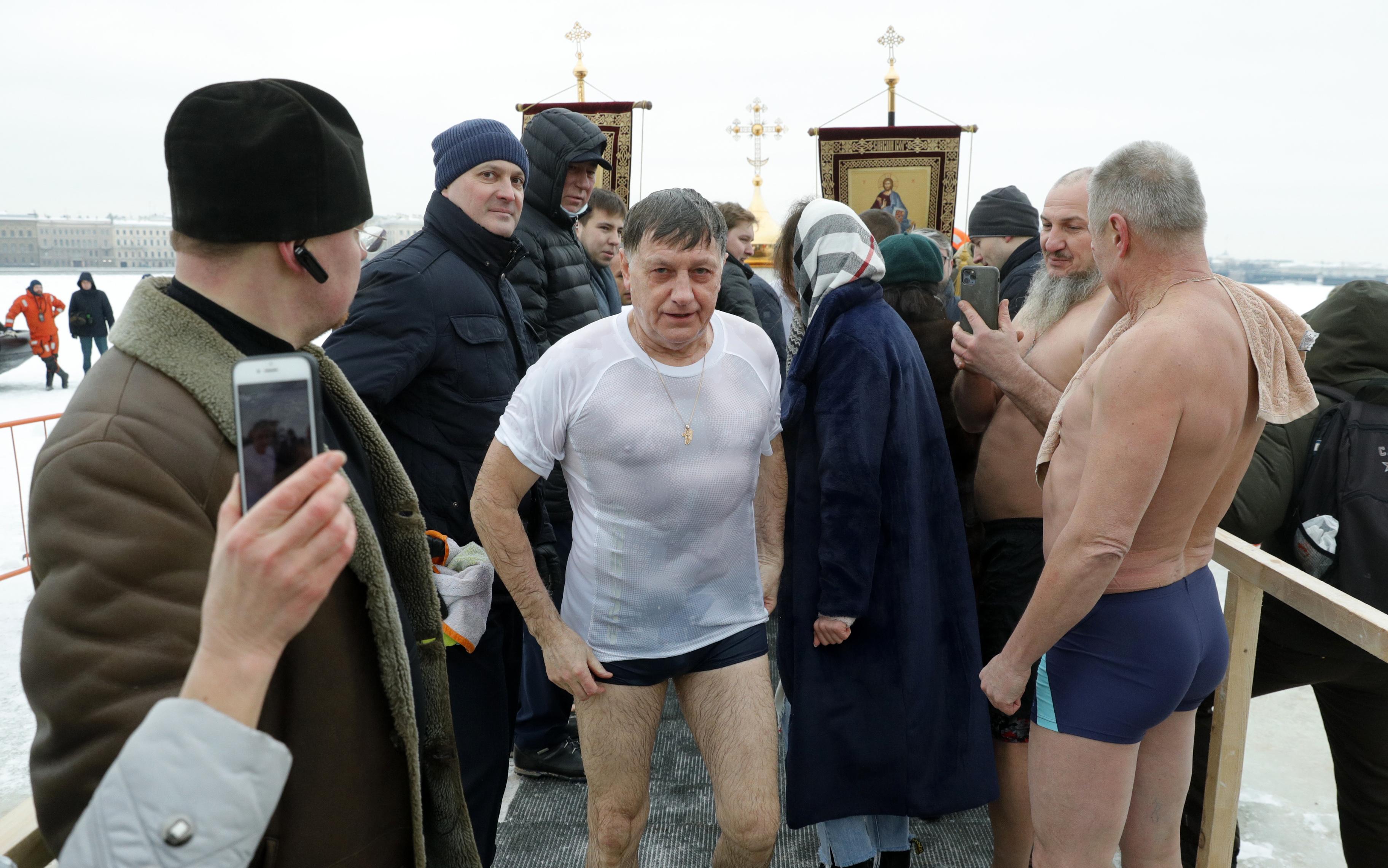 фото ЗакС политика Макаров отметил Крещение, искупавшись в проруби