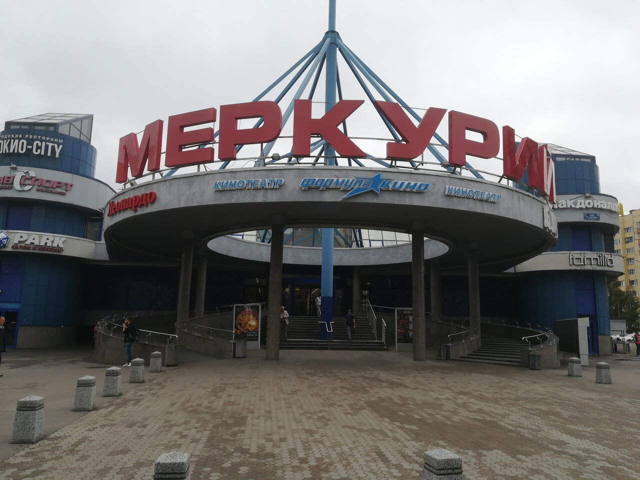 После прорыва трубы в Петербурге в яму провалились три автомобиля