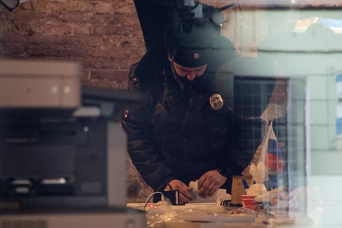 Полиция изъяла листовки из штаба Навального в Петербурге