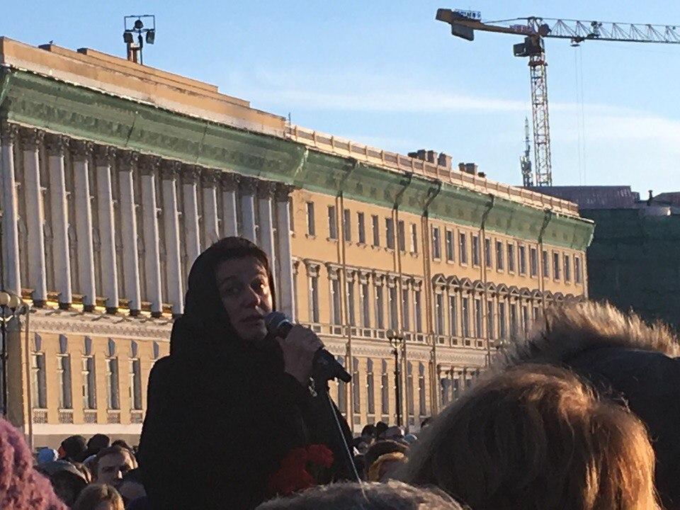 Акция памяти жертв кемеровской трагедии наДворцовой площади