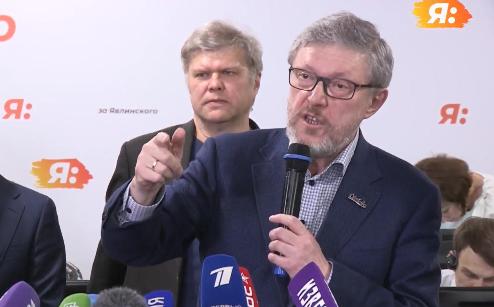 """фото ЗакС политика Явлинский видит главный шанс на спасение страны в объединении под брендом """"Яблока"""""""