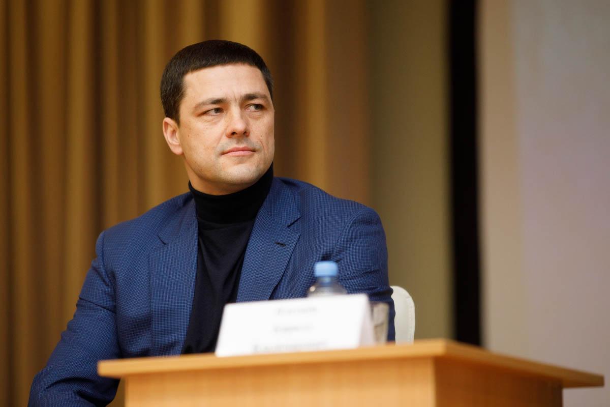 фото ЗакС политика За год глава Псковской области потерял в доходах более чем вдвое