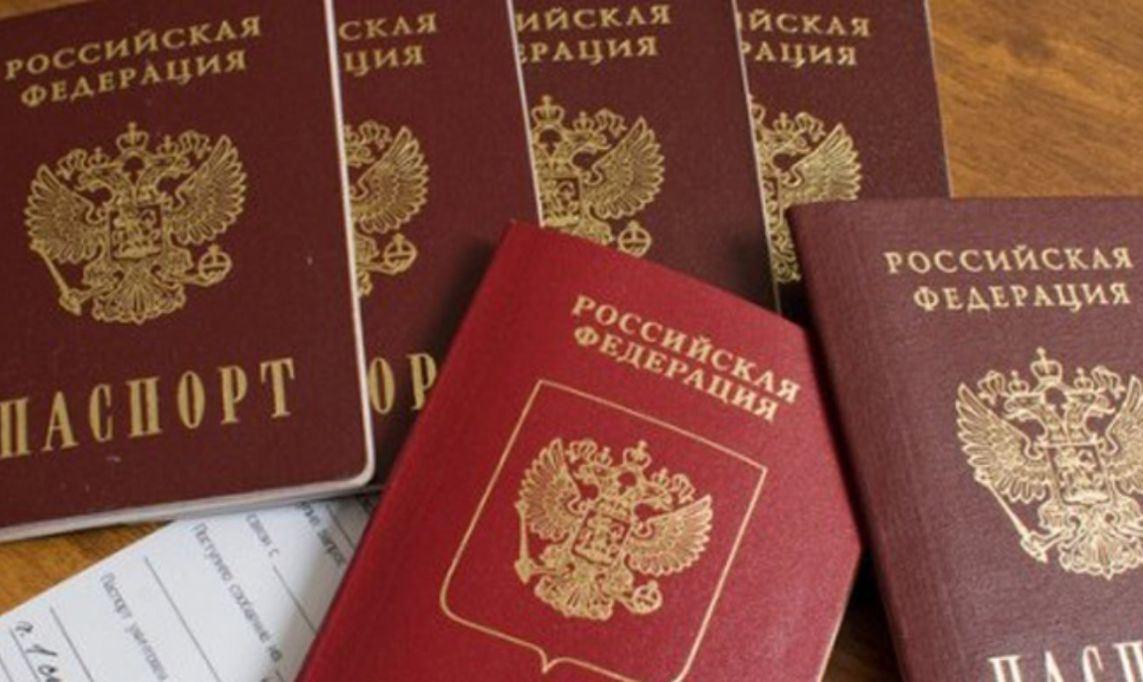фото ЗакС политика Путин облегчил получение российского паспорта для всех жителей Донецкой и Луганской областей