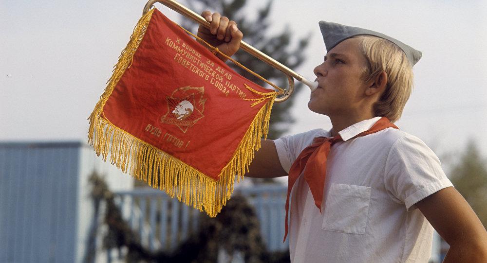 фото ЗакС политика Тысячи школьников вступили в ряды пионеров на Красной площади