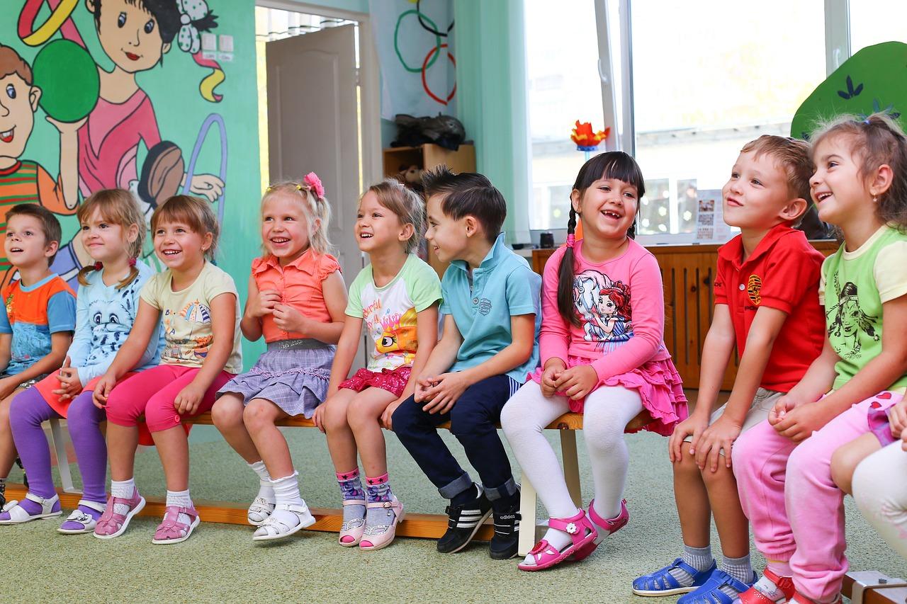 фото ЗакС политика Архангелогородцы приносят школьные принадлежности к кубу для нуждающихся семей