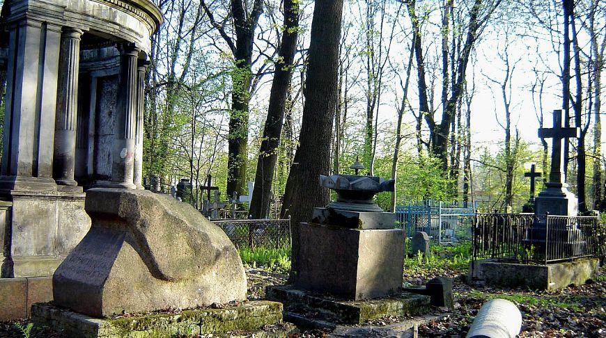 фото ЗакС политика Протестная акция на Смоленском кладбище обернулась для ее участников обысками