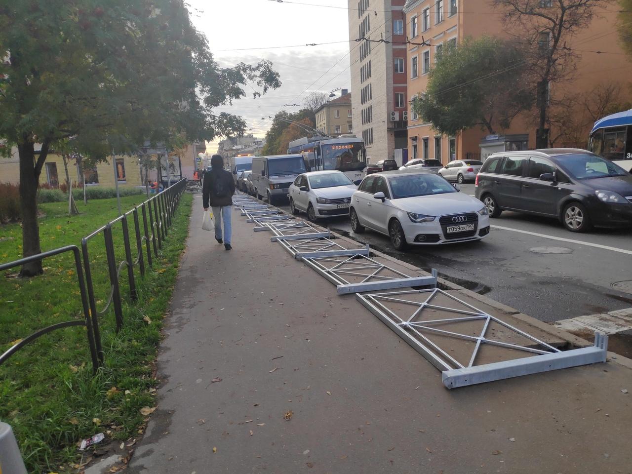 фото ЗакС политика Жители Центрального района возмущены огораживанием узких тротуаров