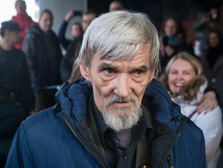 фото ЗакС политика Историк Юрий Дмитриев увидел завоеванную им премию Гайдара в коридоре суда