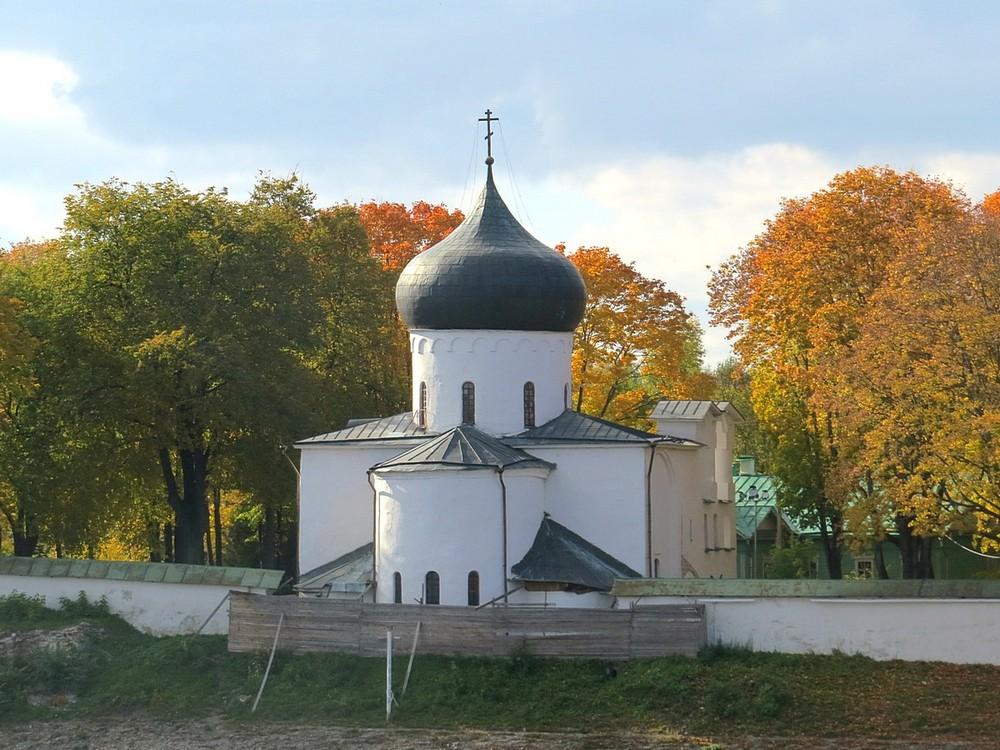 фото ЗакС политика Эсеры встревожены строительством заправки возле псковского монастыря
