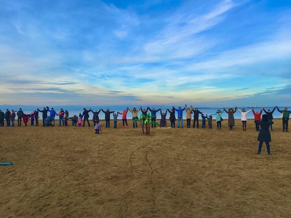 фото ЗакС политика Протестующие жители Юго-Запада встали в живую цепь у Финского залива