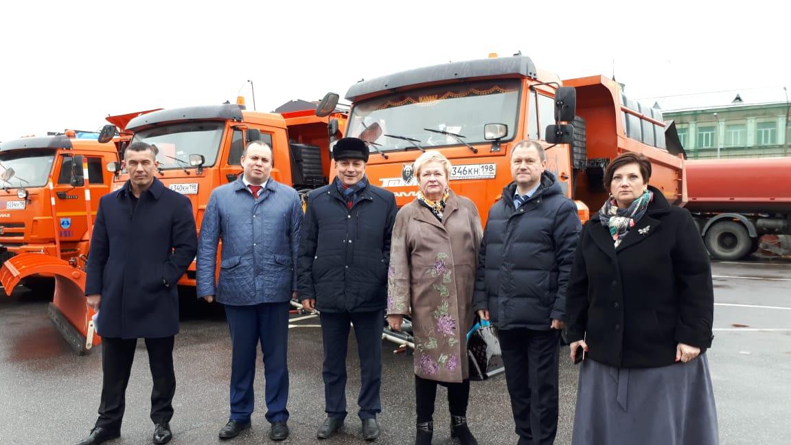 фото ЗакС политика Депутатам ЗакСа провели экскурсию по дорожному предприятию и рассказали об уборке улиц