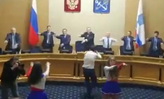 фото ЗакС политика Чиновники Ленобласти провели зарядку под музыку в здании правительства