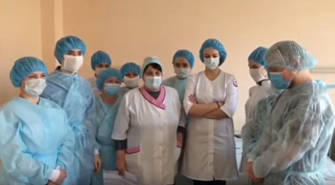 фото ЗакС политика Лишенные средств защиты врачи Покровской больницы записали видеообращение