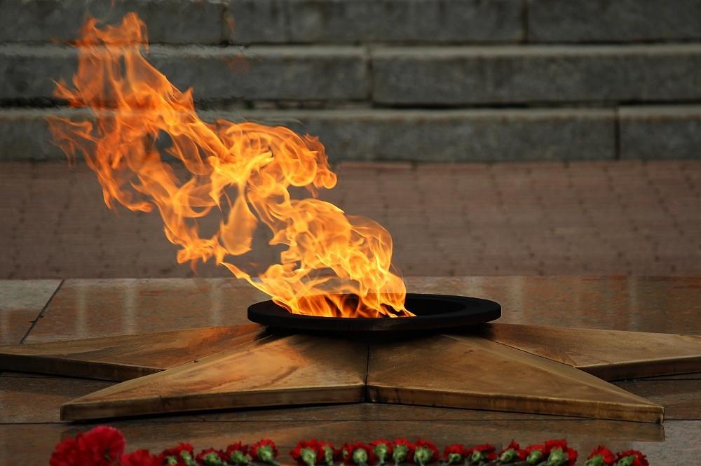 Суд закрыл дело петербурженки, готовившей продукты на Вечном огне