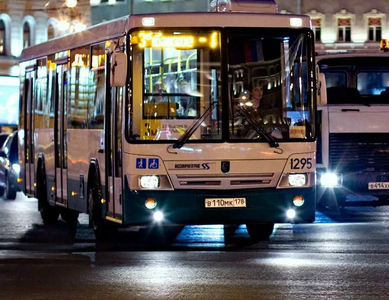 фото ЗакС политика Заменяющие метро ночные автобусы перевезли более 80 тысяч петербуржцев за месяц
