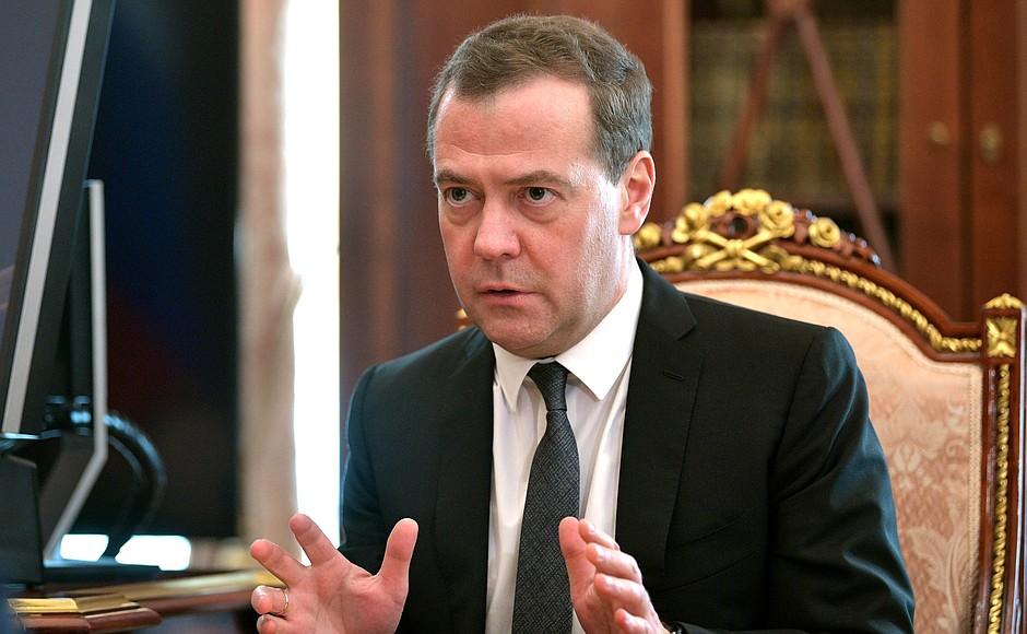 фото ЗакС политика Медведева беспокоит рост числа правонарушений, совершаемых мигрантами