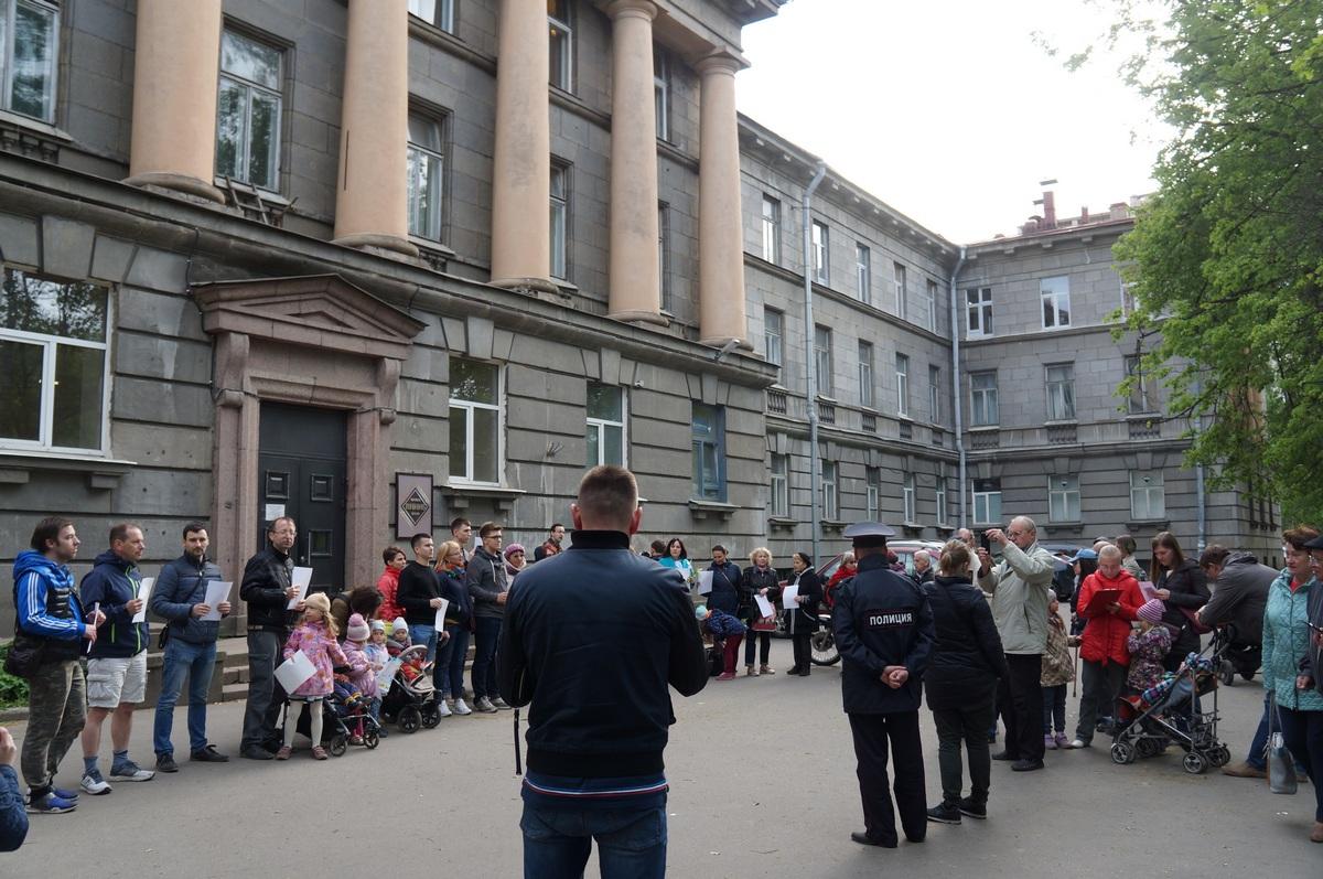 фото ЗакС политика После появления строительного забора защитники здания ВНИИБ снова собрались на сход