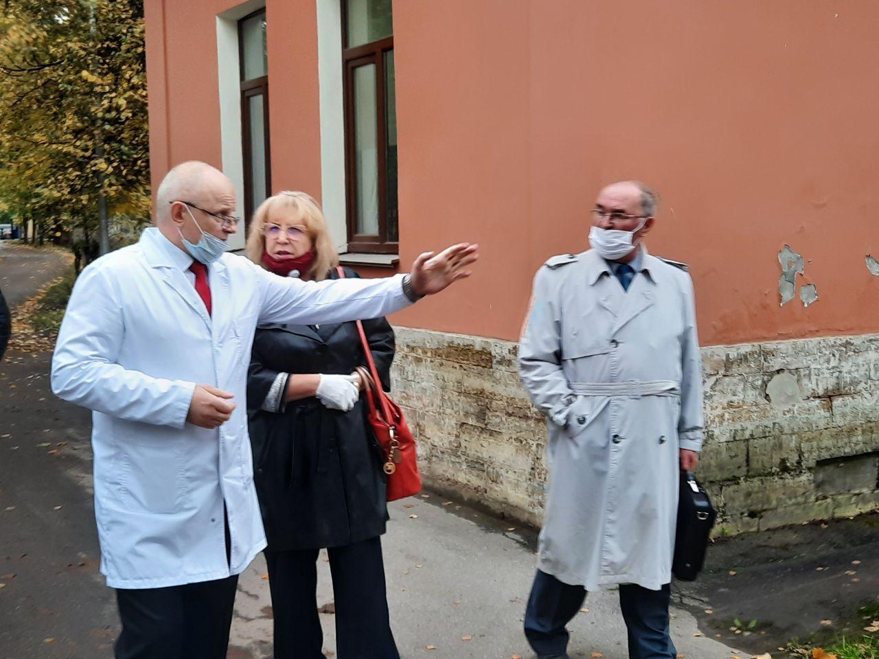 фото ЗакС политика Ходунова посетила инфекционную больницу в Пушкине