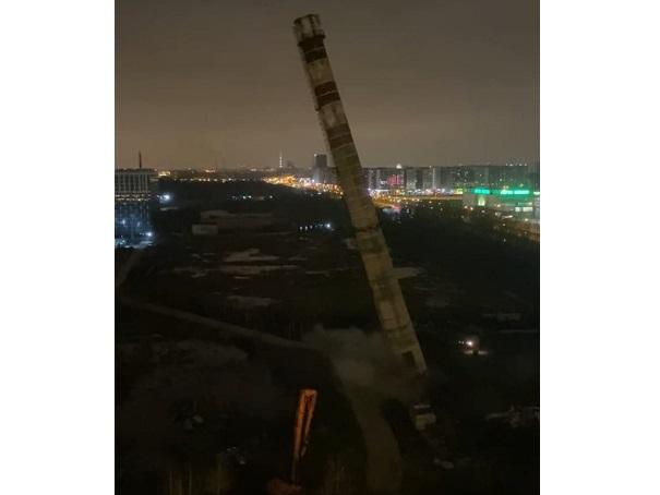 фото ЗакС политика В Невском районе на стоянку рухнула труба котельной: демонтаж был несогласованным