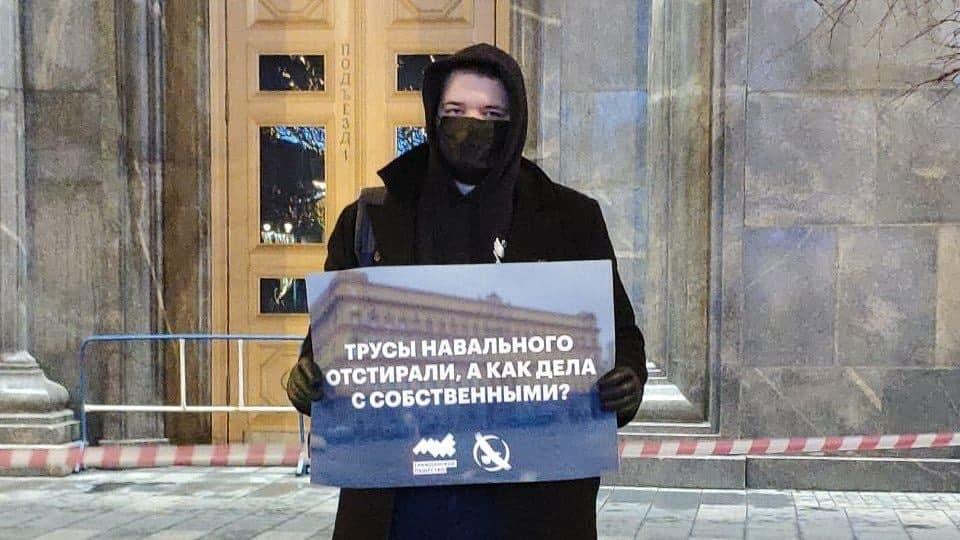 фото ЗакС политика На Лубянке задерживают пикетчиков, вышедших с плакатами об отравлении Навального