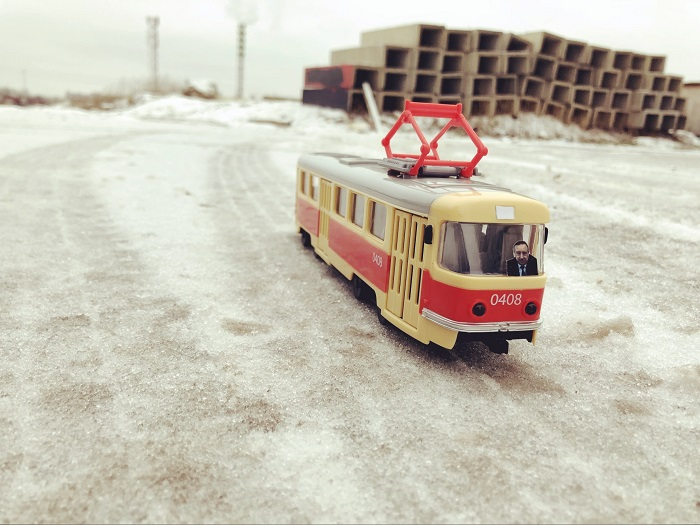 """фото ЗакС политика Нуждающиеся в транспорте активисты пустили по Шушарам """"трамвай Беглова"""""""