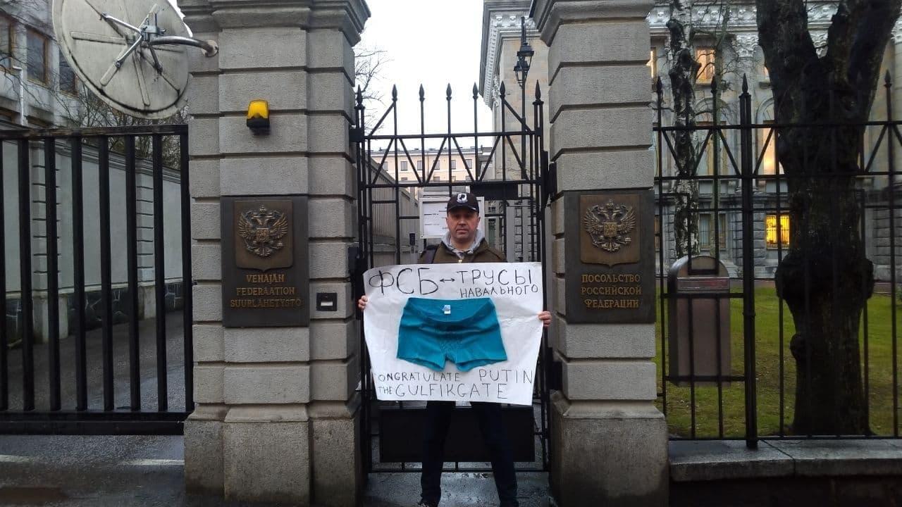 Петербуржец вышел к российскому посольству в Хельсинки поддержать Навального