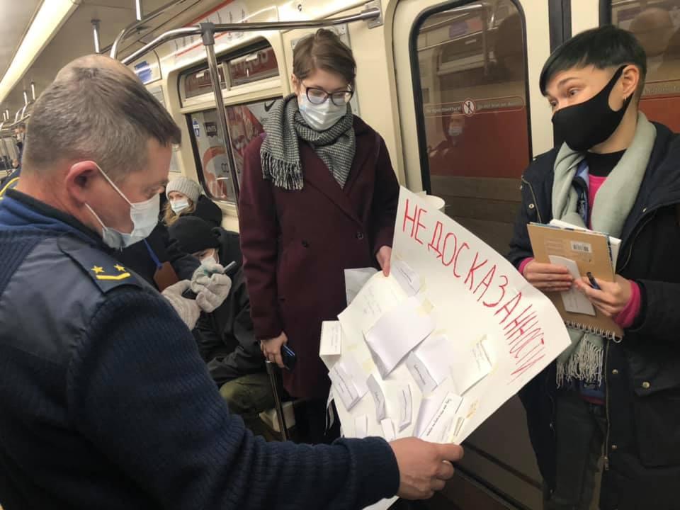 В Петербурге задержали трех активисток во время перфоманса в метро