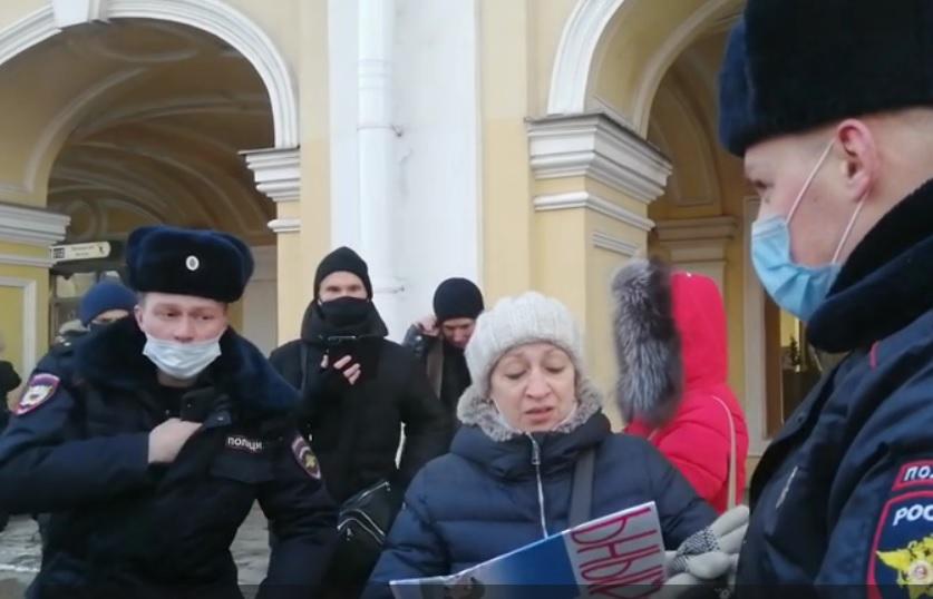 фото ЗакС политика У Гостиного двора задержали пикетчиков, вышедших поддержать Навального перед его возвращением