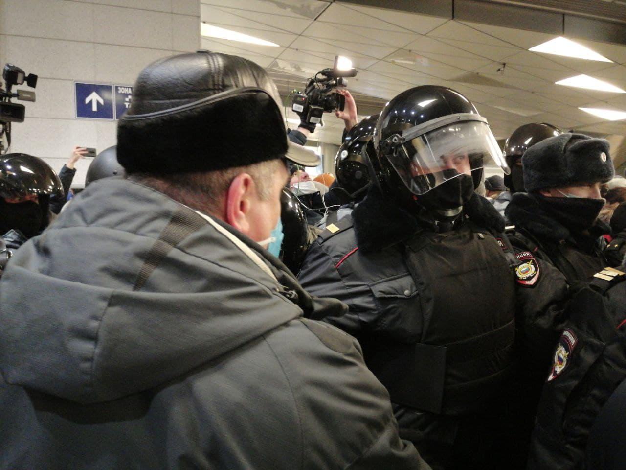 фото ЗакС политика ОМОН вытесняет людей, собравшихся к прилету Навального во Внуково