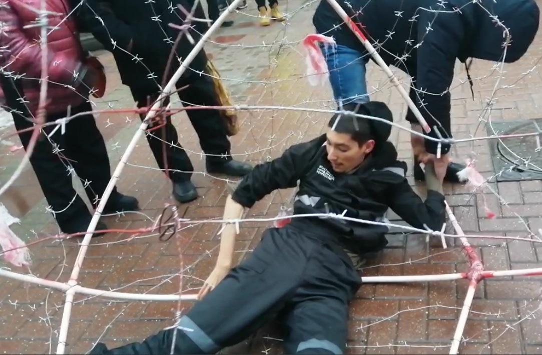 фото ЗакС политика В Москве задержали активиста Крисевича, обмотавшего себя колючей проволокой
