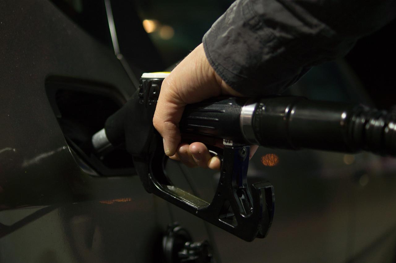 фото ЗакС политика ФАС попросила владельцев заправок объяснить рост цен на бензин
