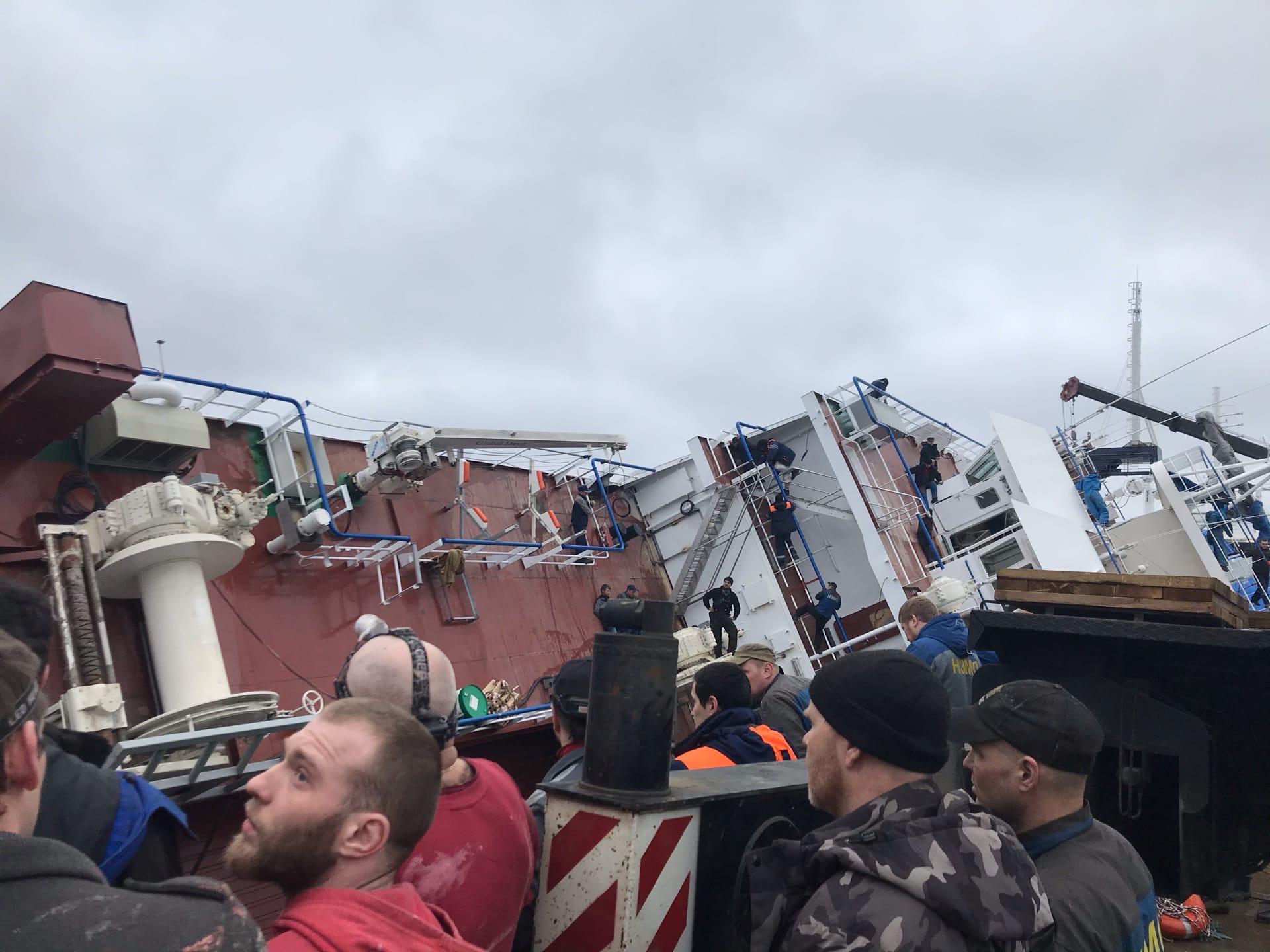 В хвосте опрокинувшегося на Неве судна нашли тело рабочего