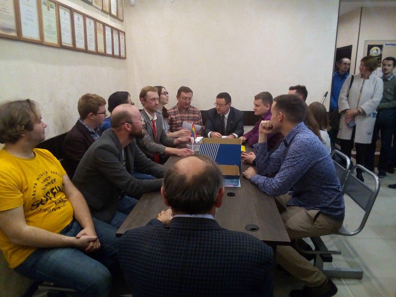 "фото ЗакС политика Глава ""Литейного округа"" не пустил 12 депутатов от ""Яблока"" в зал заседаний"