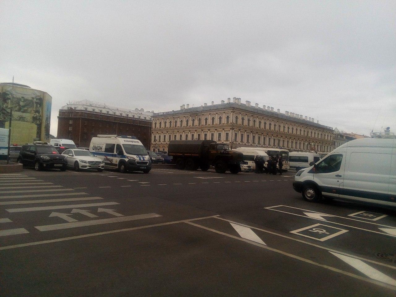 фото ЗакС политика Участники НОД встали в пикеты у Горизбиркома и ЗакСа до оппозиционеров