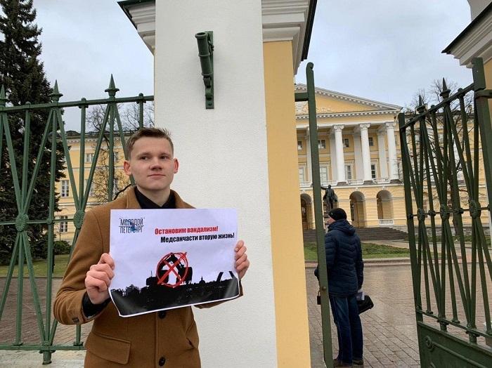 фото ЗакС политика К стенам Смольного вышли с плакатами в защиту медсанчасти на Одоевского