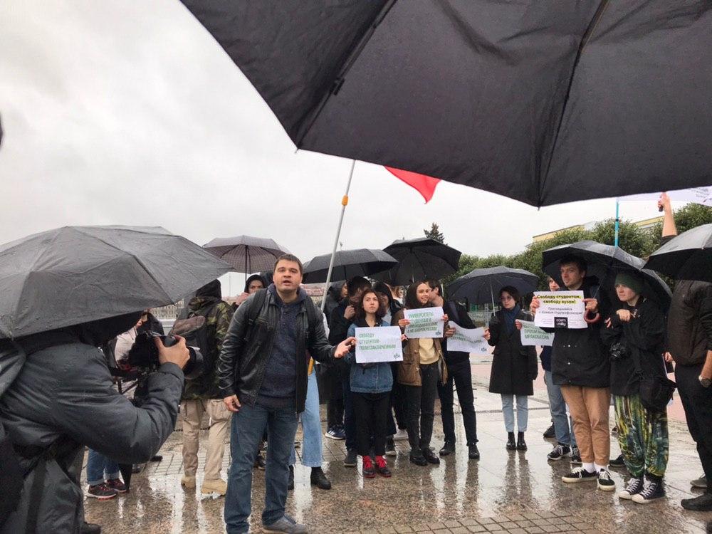 """фото ЗакС политика Студенты завершили митинг скандированием лозунга """"Свободу политзаключённым"""""""