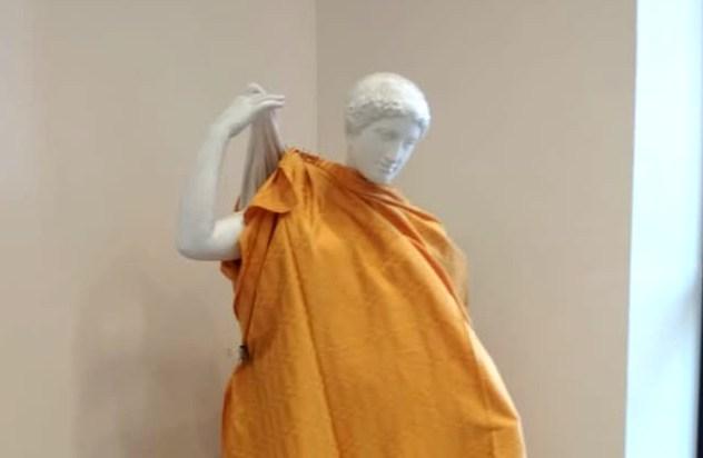 Вновосибирском институте прикрыли статуи обнаженных людей перед приездом священников РПЦ
