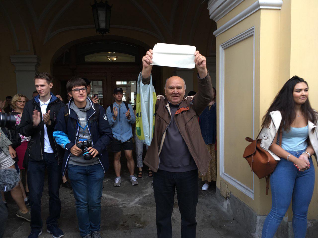 фото ЗакС политика За участие в акции за свободные выборы в Петербурге в автозаках оказались почти 80 человек