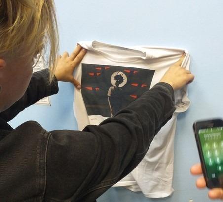 """фото ЗакС политика В Новосибирске православные активисты лишили мужчину """"кощунственной"""" футболки"""