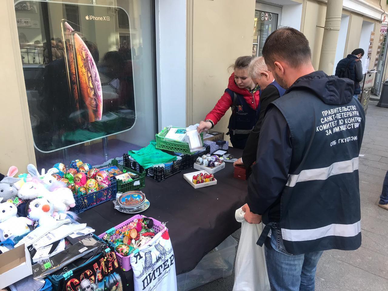 фото ЗакС политика Сотрудники ККИ прогнали продавцов-нелегалов из центра Петербурга