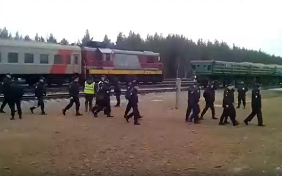 """фото ЗакС политика """"Щиты, оружие, амуниция"""": на станцию Шиес приехал поезд с силовиками"""