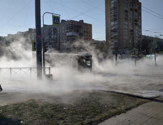 фото ЗакС политика На улице Димитрова автобус вместе с пассажирами провалился в размыв с кипятком