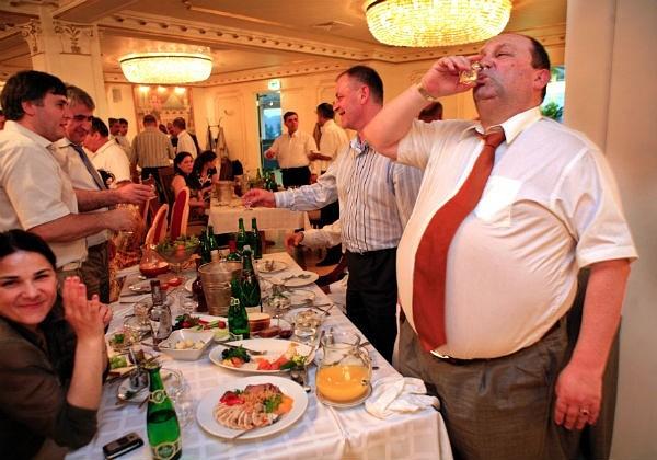 фото ЗакС политика Депутат Петров настаивает на введении правил поведения чиновников на банкетах